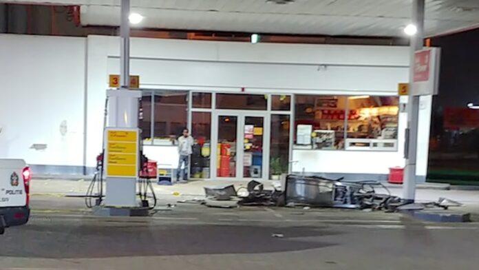 Een bizar ongeval afgelopen nacht in Suriname. Een auto reed iets na middernacht een benzinepomp op een servicestation helemaal kapot. De redactie van Waterkant.Net verneemt dat het gaat om een eenzijdig verkeersongeval. De bestuurder reed over de Van 't Hogerhuysstraat, van Noord uit naar Zuid, toen hij de controle over het stuur verloor. Op de camerabeelden die hieronder ook te zien zijn, is goed e zien wat er zich heeft afgespeeld. De auto schoof helemaal vanaf de weg naar de servicestation en knalde daarbij tegen een benzinepomp. Deze werd totaal vernietigd. De auto schoof verder richting een niets vermoedende medewerker die op een stoel aan de zijkant zat. De man zag de auto op zich afkomen en dook weg. Gelukkig stopte het voertuig op tijd. Niemand raakte gewond. De politie was snel ter plaatse en heeft de zaak in onderzoek.