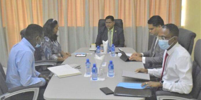 President Santokhi ontvangt dagelijks bestuur SER