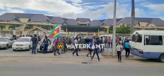 VIDEO: Protest bij ministerie van Openbare Werken in Suriname