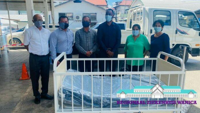's Lands Hospitaal schenkt 10 kinderbedden aan Wanica Ziekenhuis