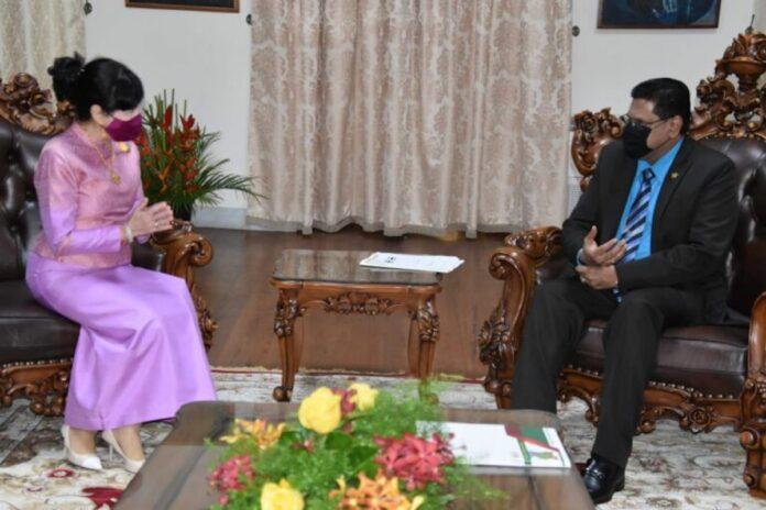 Ambassadeur Thailand in Suriname biedt geloofsbrieven aan president