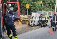 VIDEO: Vrouw bekneld in voertuig na aanrijding tussen twee busjes
