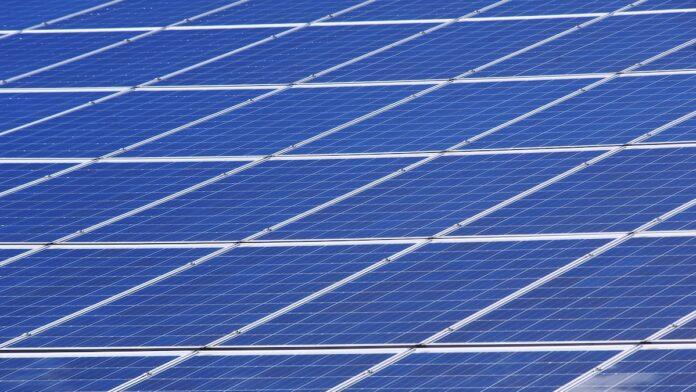 Gestoorde drugsverslaafde vernielt 107 zonnepanelen te Stoelmanseiland