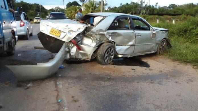 Auto vliegt in trens en belandt weer op wegdek; zwangere vrouw lichtgewond