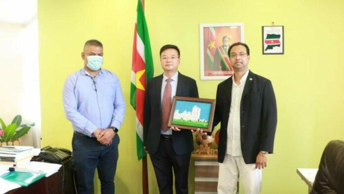 Nieuwe Dalian directeur brengt bezoek aan OW-minister