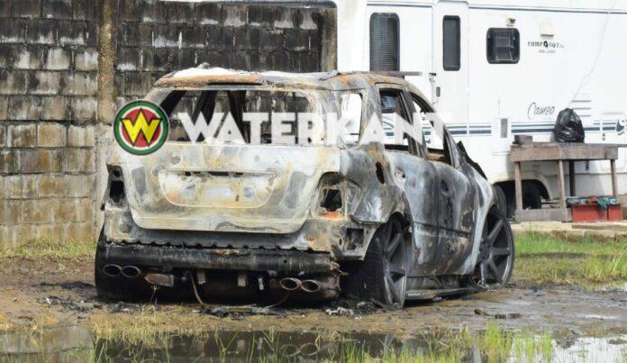 Auto in brand gestoken op leegstaand perceel