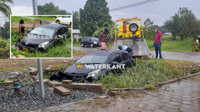 Vrouw komt door aquaplaning met voertuig in goot terecht