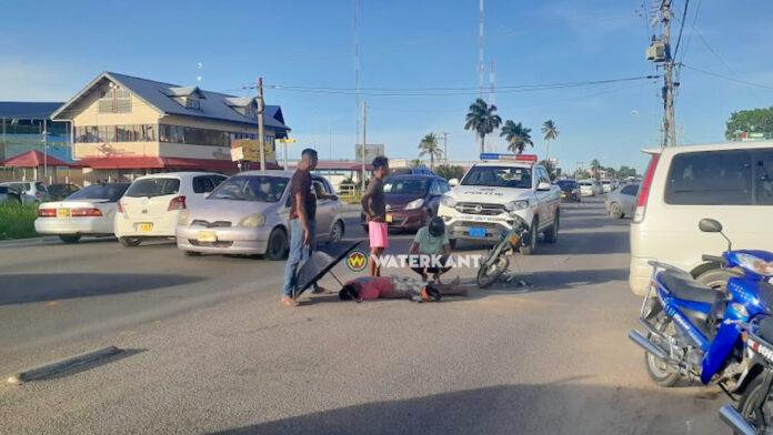 Bromfietser aangereden door afslaand busje