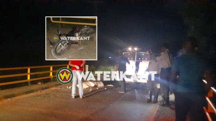 Bromfietser dood na botsing tegen brug
