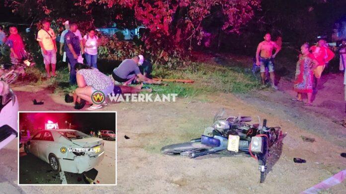 Auto rijdt 2 bromfietsers aan, bestuurders zwaargewond