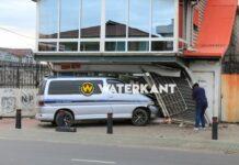 VIDEO: Busje rijdt vrouw voor winkel dood na aanrijding