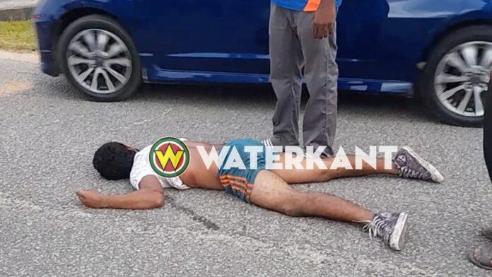 Man zwaargewond na val uit bak van pick-up