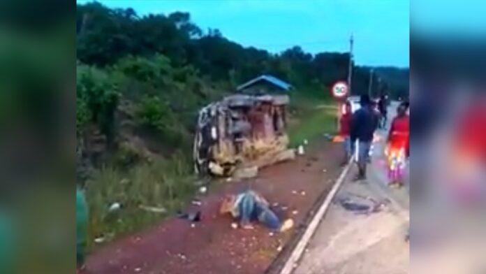 VIDEO: Automobilist over de kop op weg van Albina