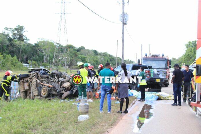 Meerdere doden bij zware aanrijding tussen busje en pick-up