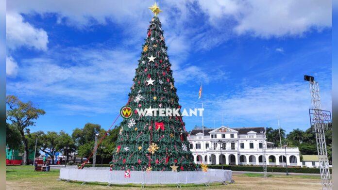 Kerstboom op Onafhankelijkheidsplein in Suriname staat er weer