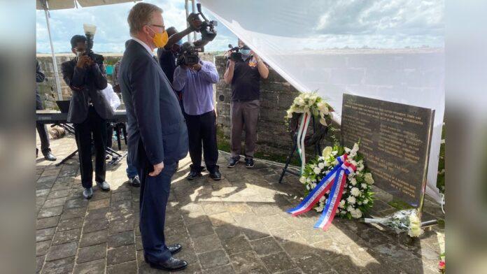 Herdenking decembermoorden: krans namens Nederland bij monument Fort Zeelandia