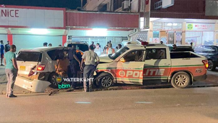 politie-auto-suriname-knalt