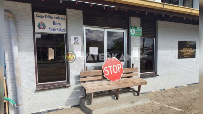 Hoofd politiebureau Nickerie gesloten na corona besmetting, agenten werken op parkeerplaats