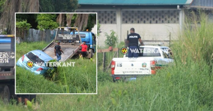 Politie kamt buurt uit op zoek naar rovers na diefstal auto