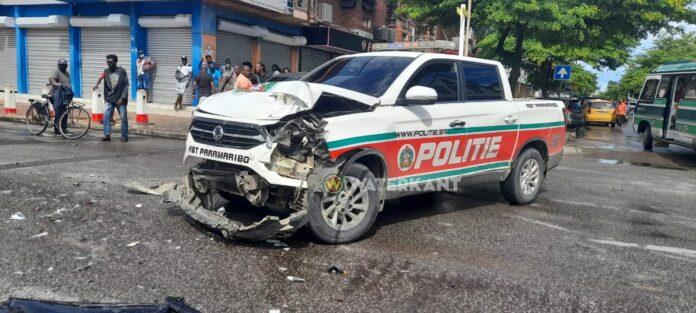 Politieauto RBTP zwaar beschadigd bij aanrijding