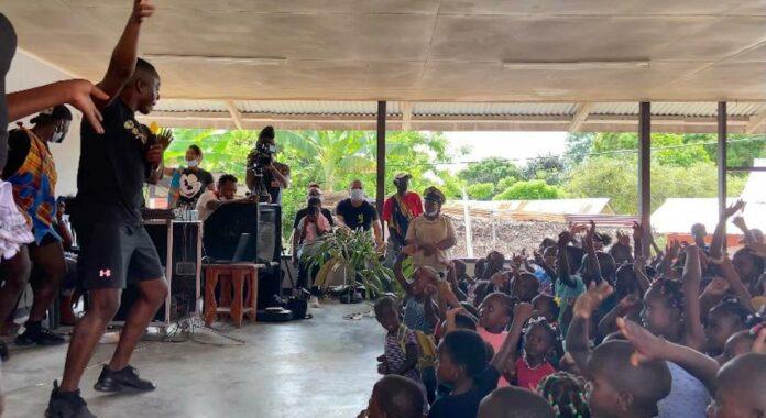 Bekende Surinamers vermaken kinderen Abenaston en Amakakondre