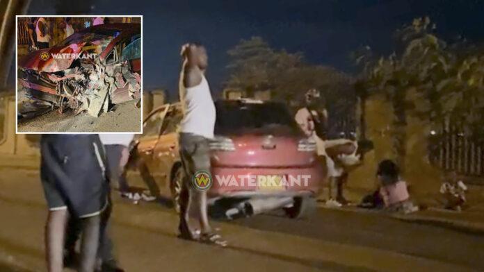 Vrouw met kinderen in auto knalt tegen schutting tijdens achtervolgen partner
