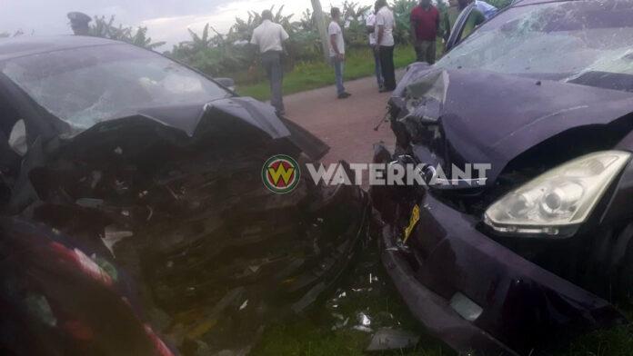 Vrouw dood na zware aanrijding tussen twee auto's te Nickerie
