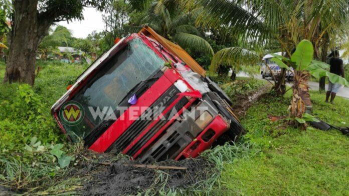 DAF-truck rijdt elektriciteitsmast kapot en belandt in trens