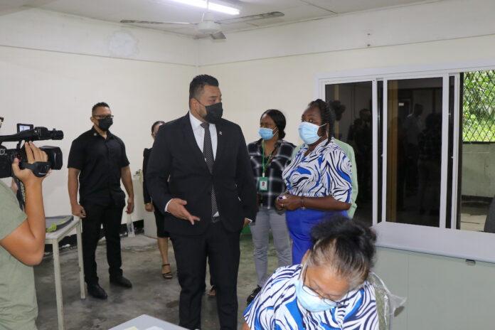 Minister Somohardjo op werkbezoek bij bvb Paramaribo-Centrum en Sipaliwini