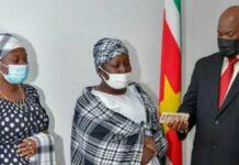 Vicepresident geeft moeder doodgereden jongen Mawakaboweg SRD 10.000