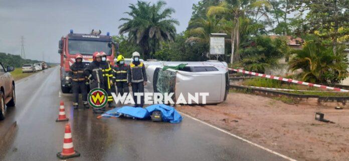 Bestuurder dood na eenzijdig verkeersongeval op de Afobakaweg