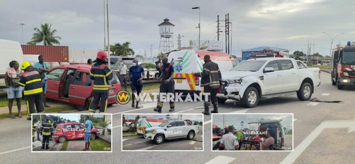 Automobilist beknelt in personenwagen na aanrijding met pick-up
