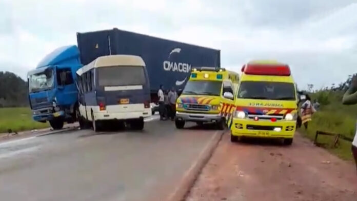 Gewonden bij aanrijding tussen bus en truck op Afobakaweg