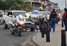 Politiewagen met loeiende sirene op voorrangsweg botst tegen pick-up