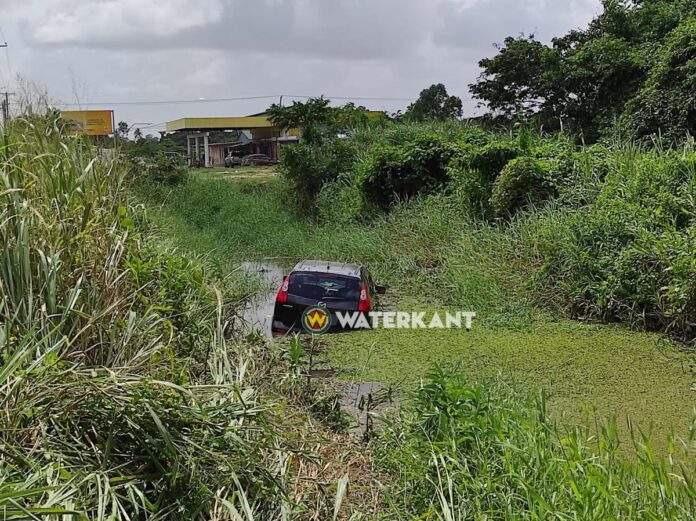 Vrouw overleden nadat auto in water terecht komt