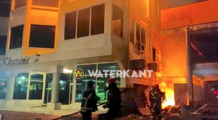 Brandweer rukt uit voor brand bij Khazana aan de Van 't Hogerhuysstraat