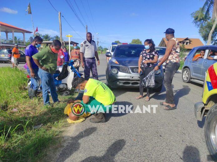 Afslaande bromfietser gewond na aanrijding door auto