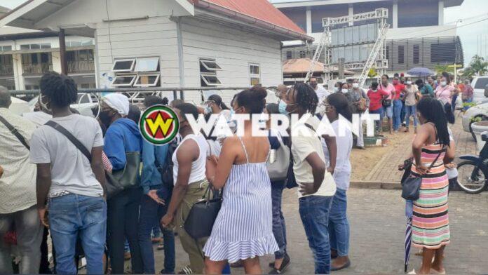 Drukte bij uitbetaling verkiezingspersoneel Paramaribo-Noordoost