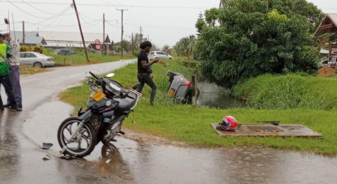 Auto in goot na aanrijding met bromfiets