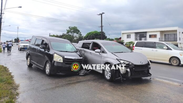 Asociale bestuurder gebruikt rijwielpad als extra baan en veroorzaakt ongeval