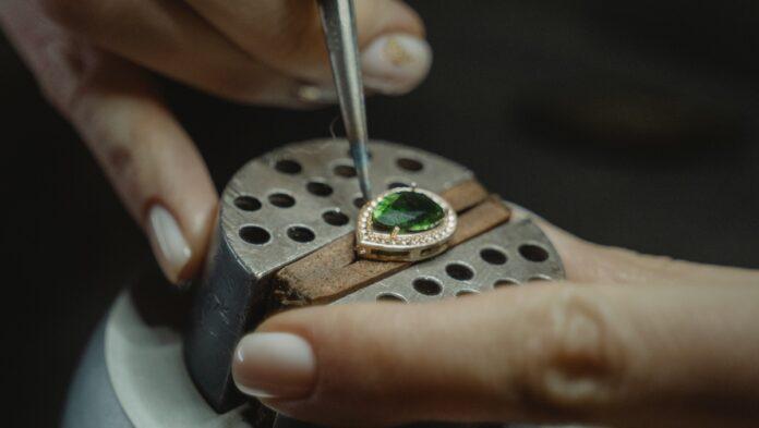 Man doet zich voor als goudsmid die sieraden van klanten repareert