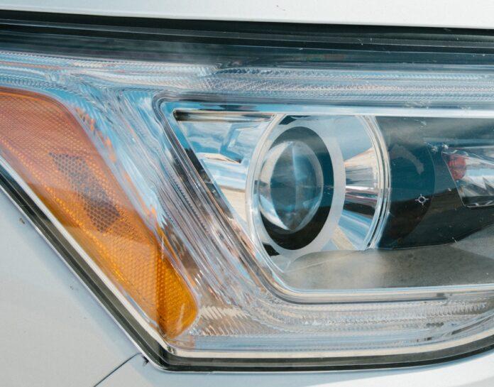 Dieven die auto koplampen stelen opgespoord na zien camerabeelden