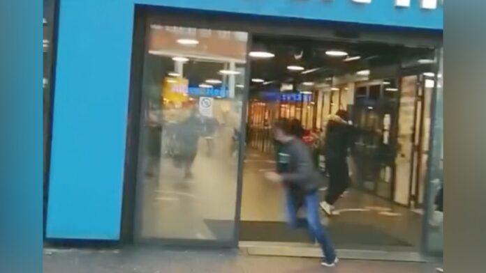 VIDEO: Man schiet met pistool bij supermarkt in Amsterdamse Poort