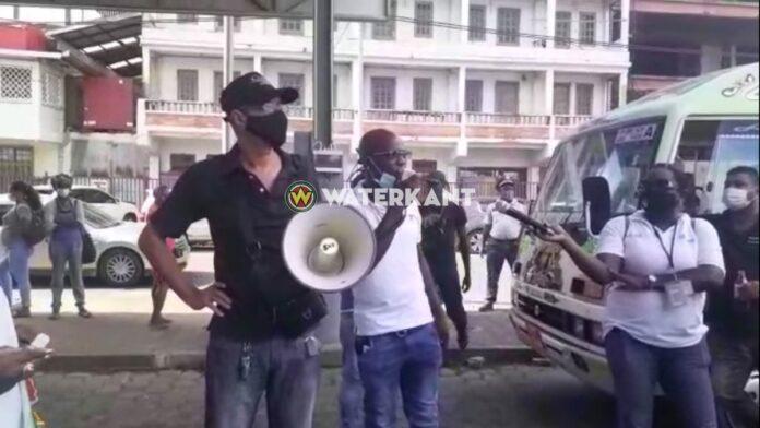 VIDEO: Circa 100 mensen bij protest Sibrano Pique