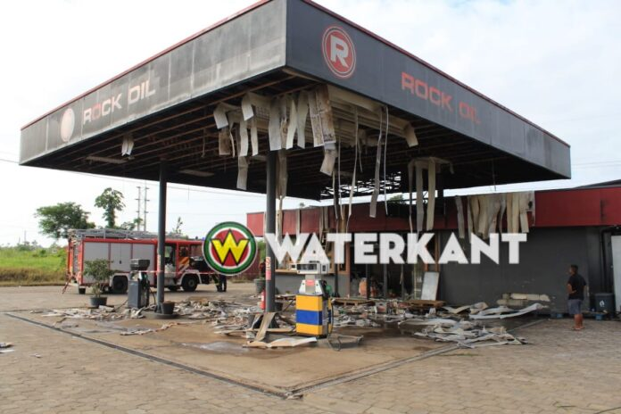 Brand verwoest gebouw servicestation Rock-oil Highway