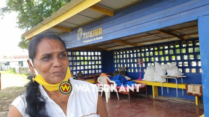 Vrouw die introk in bushuisje terug in eigen woning