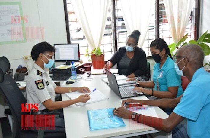 Verkeersvrijwilligers brengen bezoek aan Surinaamse politie