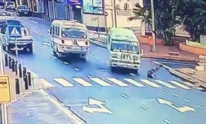 VIDEO: Zwerver steekt plotseling over en wordt aangereden door lijnbus