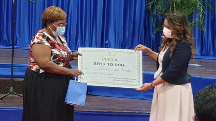 First lady doneert SRD 10.000 aan 25 sociale instellingen