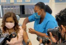 First lady krijgt als eerste COVID-19-vaccin in Wanica